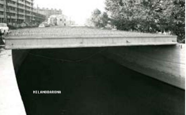 Barona (lembo meridionale del Moncucco),attuale via San Paolino, copertura colatore Olona-Lambro Meridionale nel costruendo Quartiere Sant'Ambrogio 1, nel 1963. Questa immagine (l'ultima utile) ritrae la Cascina Sant'Ambrogio a corte unica, demolita nel periodo del completamento del Lotto edilizio di tale costruendo quartiere di edilizia PEEP. Questa foto (anno 1963) dimostra che Viale Famagosta, anche dopo la sua asfaltatura, era una via senza uscita sino al completamento del Quartiere S. Ambrogio (a partire dal 1965-66) e che le immagini, postate dalla pagina fbook, Da Milano alla Barona... recanti datazioni, di tale Viale, 1965 circa, sono errate di non meno 2.3 anni. L'assenza di circolazione automobilistica del Viale Famagosta permase sino al 1965-66 circa... sino a quando non venne completato il lotto PEEP Sant'Ambrogio 1 e sino a quando non venne ultimato il collegamento verso Piazza Maggi, 1965-66. Proprio l'assenza di copertura del Lambro Meridionale nel tratto Famagosta-Via San Vigilio dimostra che sino al 1963 tale viale era isolato verso Piazza Maggi. (fonte immagine web MM Spa).