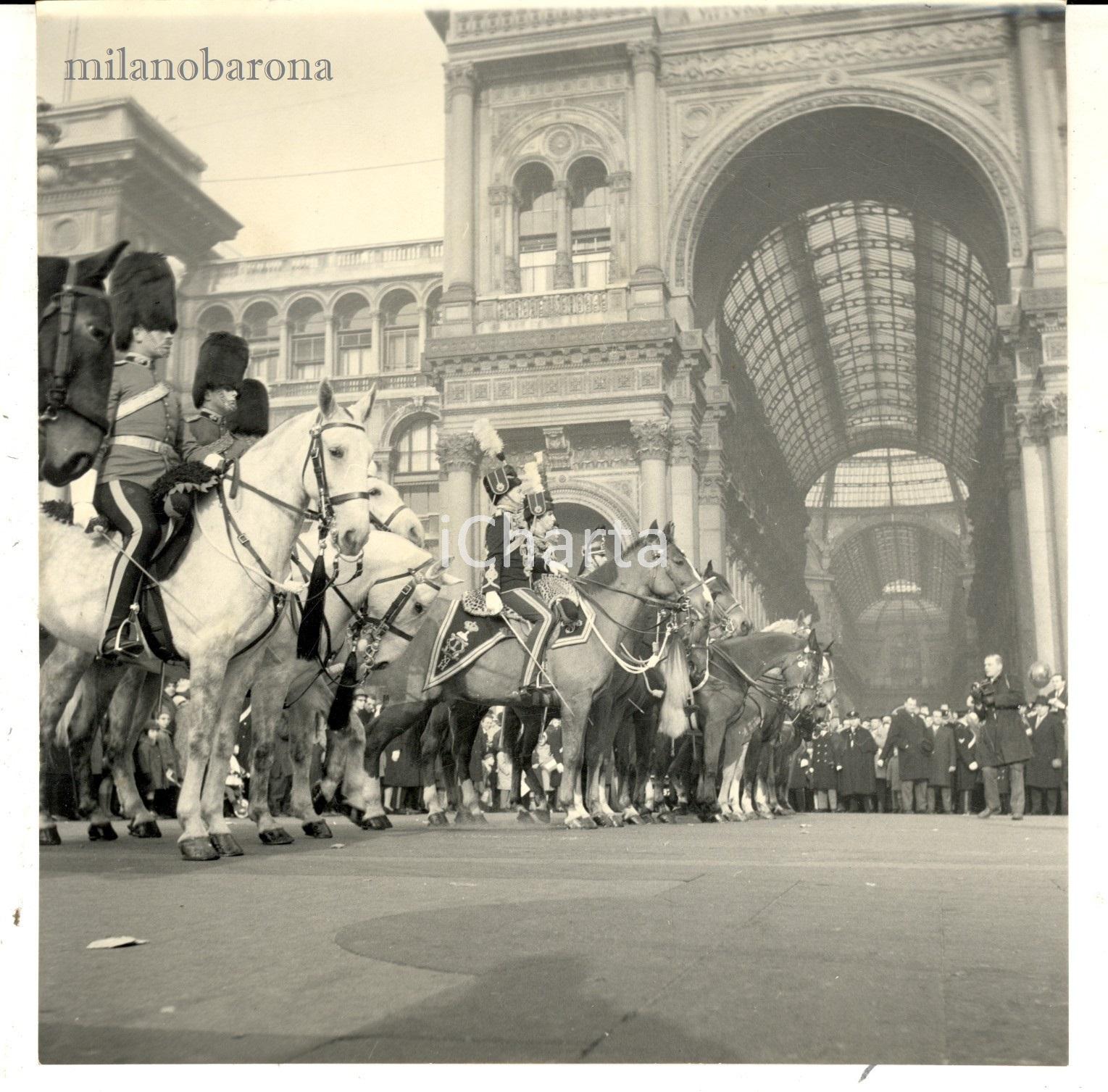 Milano 1967, Piazza DUOMO, rappresentazione della Cavalcata degli Ussari.