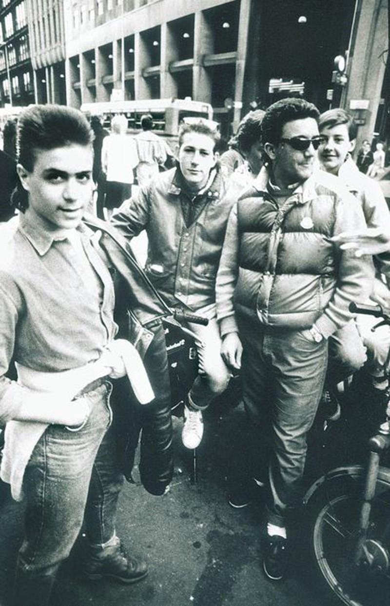 Corso Europa 1985/86 circa. Paninari o aspiranti tali in prossimità del Burghy di Piazza San Babila angolo C.so Europa (fonte Corriere Milano)