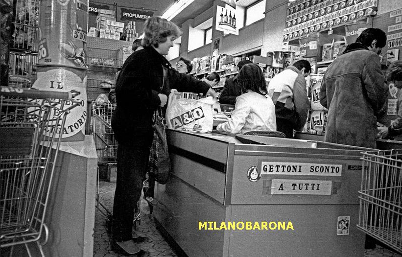 Tra Porta Monforte e Ortica, 1983. Via Giancarlo Sismondi, interno di un Market A&O (in evidenza i fustini cilindrici di cartone di detersivo per lavatrici). (fonte immagine: web flickr)