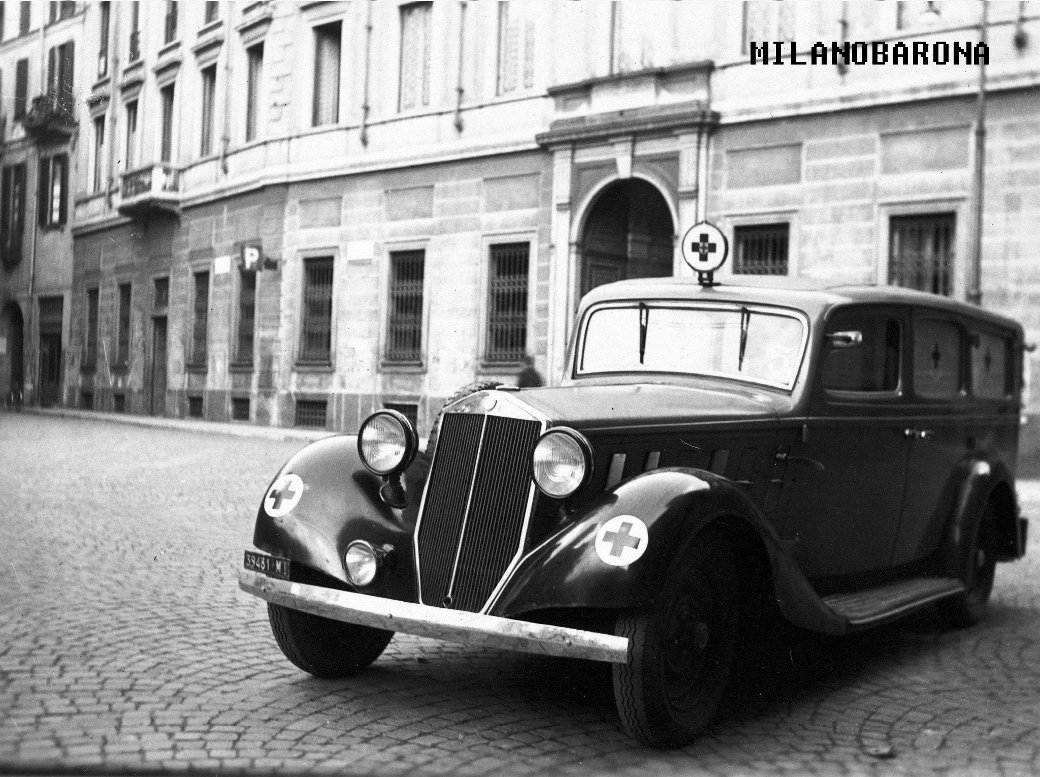 Piazza San Sepolcro 1948. Ambulanza Lancia Artena della Croce Verde Milano. fonte immagine: web croce verde apm