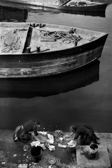 Porta Ticinese-Darsena anni '50-'60 del 1900. Lavandaie. Autore Cesare Colombo (repubblica web)