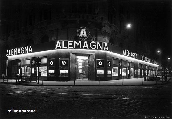 Milano 1956. Duomo. Immagine notturna della Caffetteria Pasticceria ALEMAGNA di Via Torino angolo Via Orefici. (fonte fotografica portale web Lombardia beni culturali)