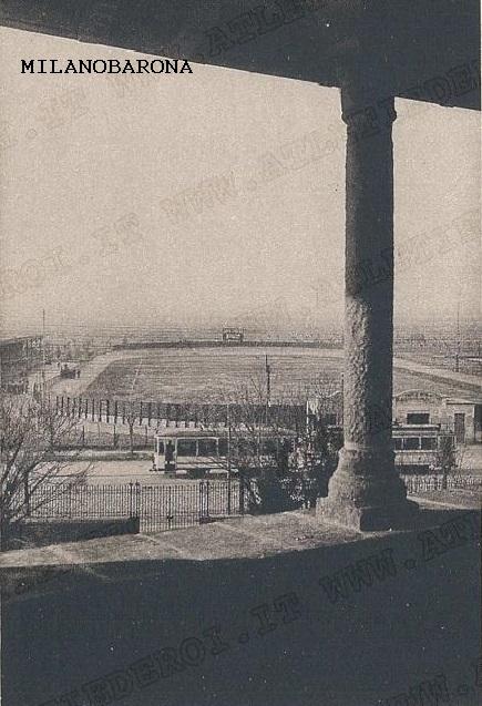 Frazione Bicocca, 1920, Campo di calcio della fondazione sportiva Pirelli delle omonime industrie Pirelli. L'immagine è stata ripresa dalla Bicocca degli Arcimboldi. Questo campo di calcio (inaugurato nel 1919) ospito', seppur per un breve periodo (1918-19), gli incontri agonistici del Milan (sino ad allora disputati nel Velodromo Sempione). Questo impianto sopravvisse sino al 1983 per poi essere definitivamente demolito per cedere l'area a lottizzazioni edilizie. (fonte wikipedia)