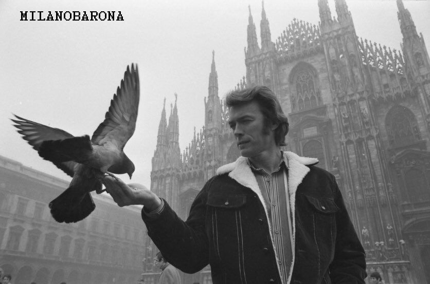 """Milano-Duomo 1963. Clint Eastwood intento a dare da mangiare ai piccioni... Erano gli anni degli """"spaghetti western"""" che lanciarono questo attore hollywoodiano. (fonte immagine foum.westernmovies)"""