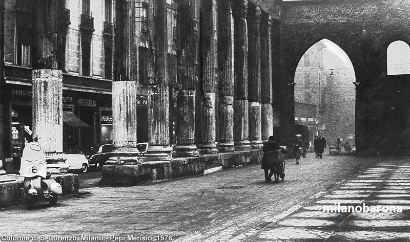 Milano, Carrobbio Ticinese, Colonne di San Lorenzo. Autore Pepi Merizio. L'immagine riporta una data (1976) che non sembra corrispondere con i modelli di auto parcheggiate e l'abbigliamento dei passanti. La datazione potrebbe essere riconducibile agli anni '50 del 1900.