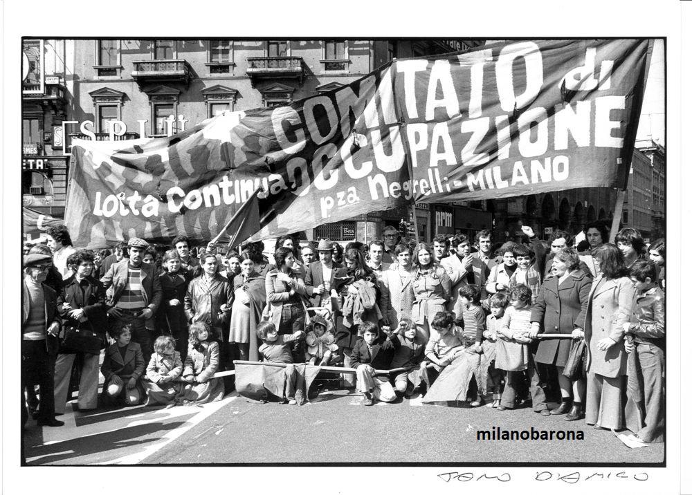 Milano 1975 Piazza Duomo, Manifestazione Comitato Occupazione di Piazza Negrelli (costola di militanza e attivismo di Lotta Continua). Fonte immagine web arengario.it
