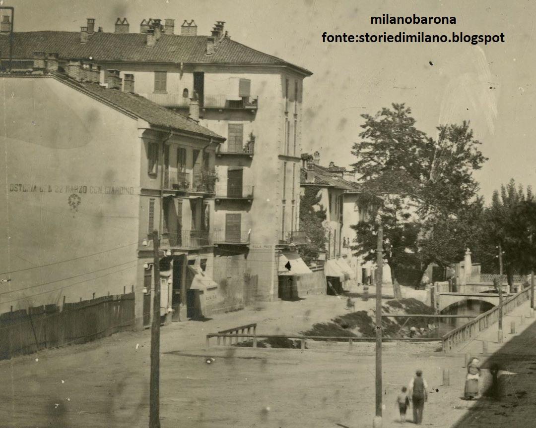 """Milano 1890, ex Porta Tosa, attuale Porta Vittoria. La """"Senavra"""" (attualmente l'area urbana attraversata da Corso XX Marzo). La Senavra era un manicomio cittadino entrato in funzione nel 1781 e chiuso nel 1878 per essere trasferito nell'OSpedale Psichiatrico del Mombello. La direttice visibile nell'immagine è quindi l'attuale Corso XX Marzo e la """"fossa"""" visibile nel lato destro della fotografia è il primo """"naviglio"""" costruito nella città di Milano nel 1183. Inizialmente collegava la cerchia dei navigli con il fiume Lambro. (fonte fotografica e riferimenti storico cronologici storiedimilano.blogspot)"""