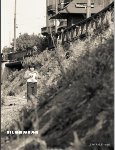 Ticinese 1976. Darsena dal lato di Viale Gorizia verso origine Naviglio Pavese e Piazza XXIV Maggio. (fonte immagine omessa per prevenire ulteriori acquisizioni del Forum Milano Sparita SSC, già in posizione dominante nella pubblicazione di immagini vintage di Milano...)