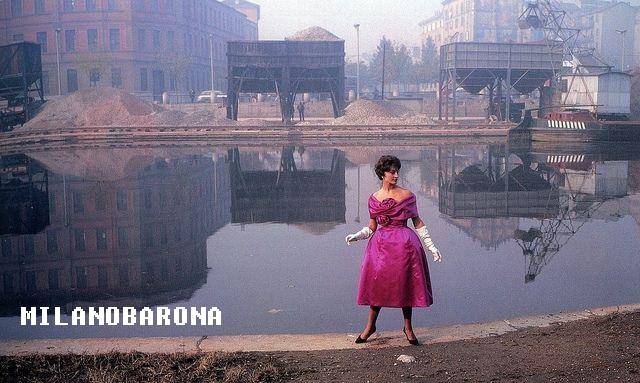 Ticinese 1958. Modella in posa nella Darsena. Autore Ugo Mulas (pinterest)