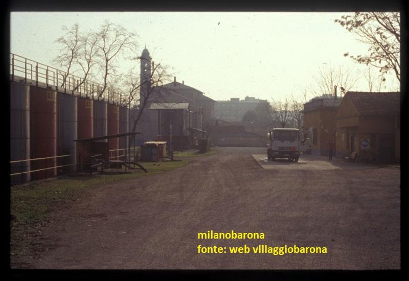 Milano 1990/92 circa. Barona, Piazza Bilbao angolo Via Ettore Ponti. Ex area deposito carburanti Victoria, successivamente adibita a deposito in cisterne GPL.