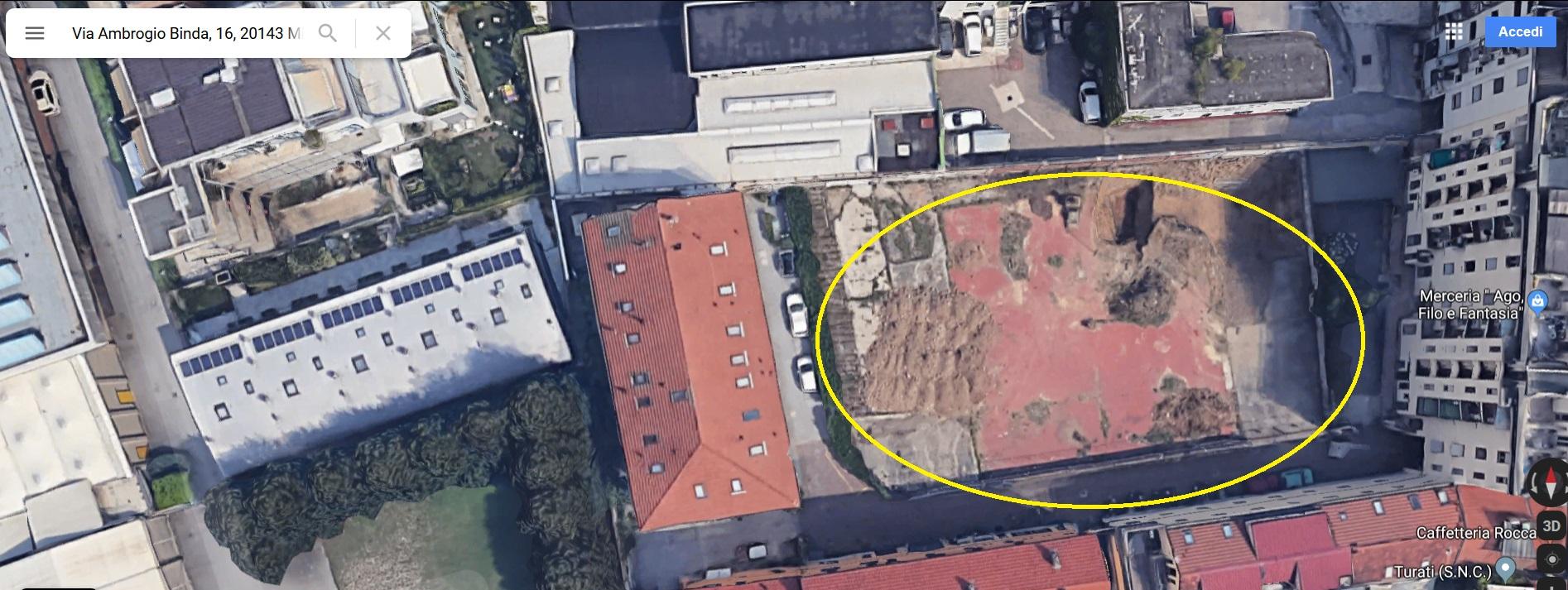 Foto satellitare Google dell'area ex parcheggio e Ditta Luigi Neri Combustibili di Via Ambrogio Binda 16. Sono ovviamente passati più di 34 anni circa e individuare fabbricati, forse di pertinenza della Cascina Corna, dove erano ospitati gli uffici della ditta sopracitata, è impresa a dir poco ardua Nella foto sat si puo' comunque notare l'ampiezza dell'area rispetto al passo carraio del civico 14. Le autocisterne, al civico 16, avevano la possibilità di effettuare manovre tali da entrare in un senso e uscire, sempre, senza manovre di retromarcia (cosa invece non possibile nell'area corilizia del civico 14. Si notano i residui (al 16) di fabbricati demoliti e aree di delimitazione oggi non utilizzate. In tali spazi vi era la ditta di combustibili sopra citata. Se poi questa ditta apri' una sede legale al civico 14 non è dato sapere. Quello che è certo era l'accesso e l'uscita dal passo carraio del civico 16 di Via Binda.