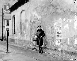 Barona, Via Biella angolo Via Bonaventura Zumbini. Questa immagine potrà avere scarso rilievo per coloro che non hanno mai vissuto in Barona nel periodo ritratto nell'immagine. Invece per coloro che vi hanno vissuto il significato e, forse, l'impatto emotivo e di ricordo potrù anche essere notevole. La palina ATM l'acronimo del periodo era Aziend Trasporti Milanesi (ancora in verde ministeriale) della fermata autobus 74-76 (Q.re Sant'Ambrogio-Piazza Duomo la prima, Via Teramo-Piazza Duomo la seconda), in un periodo compreso tra il 1971 (dal Giugno di quell'anno) al 1974/75 circa (dopo tale data le paline vennero tutte riverniciate in arancione, la presenza del verde indica che la palina era dell'ex tram 12, dismesso nella primavera del 1971 per essere sostituito dalle linee 74 e 76). Per il momento, per i residenti ed ex residenti del q.re Barona, dovete accontentarvi di una immagine formato francobollo che ingrandita perde dettagli. Si auspica di recuperarne, in rete, una identica ma di risoluzione migliore. Dell'esistenza di questa immagine, i furbetti di Milano Sparita e Barona varie Syscrapercity Facebook conoscono molto bene l'esistenza e probabilmente non l'hanno mai sfruttata, per uso e.commerce a causa delle ridotte dimensioni. Si coglie l'occasione per segnalare che questa come decine di altre foto (molte postate su tali forum e pagine fbook dal 2012 in avanti) sono parte di un libro con i vincoli e le normative europee ben note...