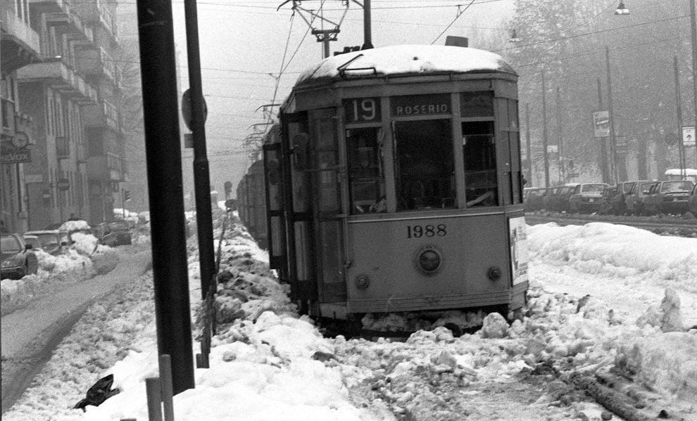 Gennaio 1985. Linee tramviarie bloccate dalla storica nevicata lungo Corso Sempione. (fonte: repubblica.it)