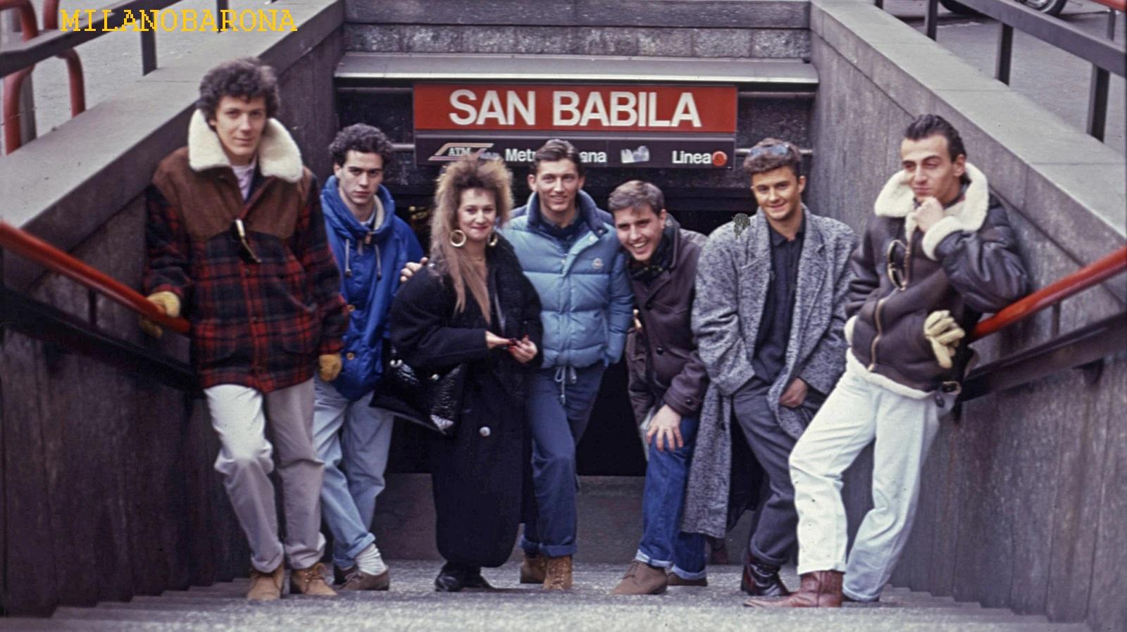 """""""Scampoli"""" della moda """"paninara"""" nell'Otttobre 1987 (siamo, per quanto riguarda Milano, alla fine di questa tendenza giovanile). Notare che l'abbigliamento paninaro incomincia ad uscire dagli schemi iniziali. La ragazza ha un """"look"""" già differenziato e probabilmente ispirato da """"Valerie Dore"""" (Monica Stucchi, Milano Maggio 1963) la cui produzione discografica aveva molto successo nel periodo giovanile ritratto nell'immagine). (fonte web vice.com)"""
