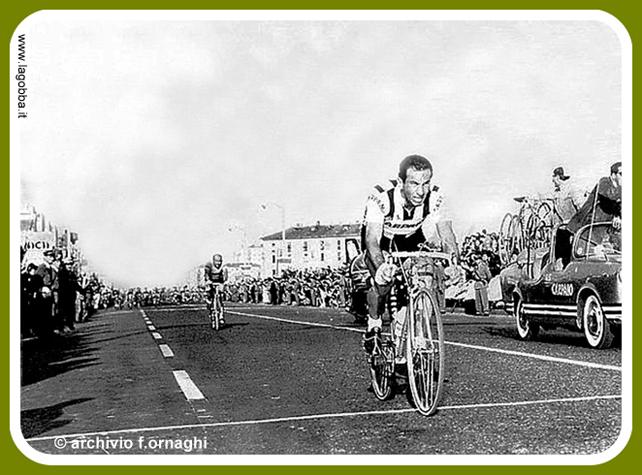 Milano 1958 Lambrate-Cimiano. Via Palmnova in corrispondenza dell'incrocio con Via Bruno Cesana, Via Carnia. Giro di Lombardia. Fonte fotografica e contestuale web Lagobba.it