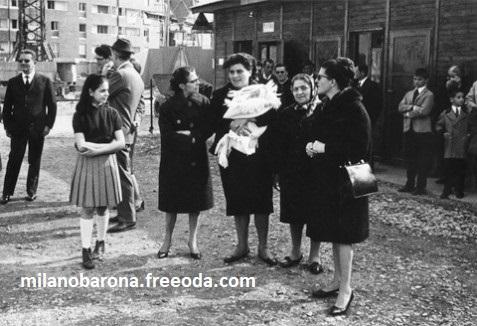 """Milano, prile 1966. Barona. Inaugurazione plesso di residenza popolare """"Quartiere Sant'Ambrogio 1"""". (Archivio Ernesto Fantozzi)"""