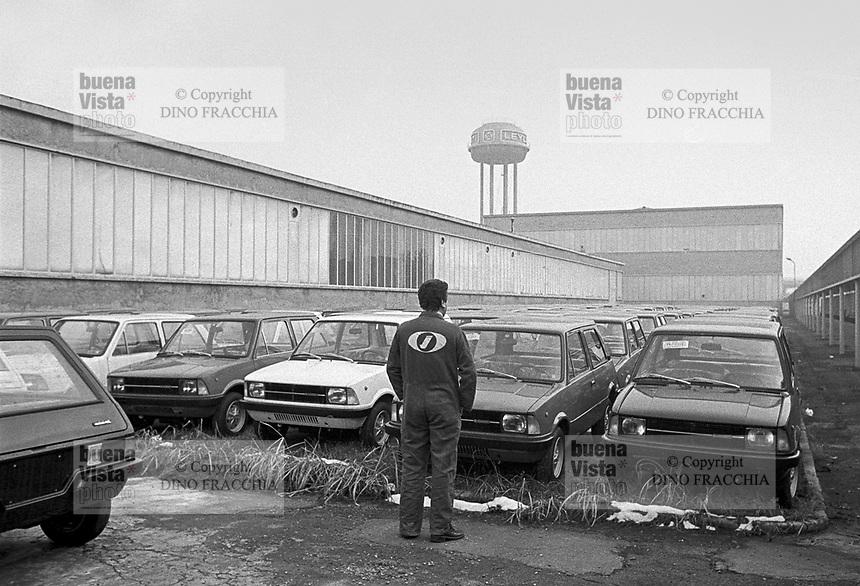 """Milano Lambrate (confinante con Segrate) 1975 , Via Rubattino. Stabilimenti Innocenti-Leyland. L'immagine, come evidente, proviene dall'archivio Dino Fracchia e nella didascalia nativa si dichiara che le auto Leyland Innocenti (tra le quali i modelli """"mini"""") sarebbero invenduti. Indipendentemente dalla didascalia allegata all'immagine, il gruppo Innocenti, superata la fase dell'acquisto di auto a """"domanda interna"""" degli anni del boom economico e superata la fase del """"mito"""" delle Lambretta... proprio a partire dagli anni '70 dovette affrontare una fase di progressivo declino di vendite e di produzione che culmino', a cavallo tra gli anni '80 e '90, in massicce cassa integrazioni e prepensionamenti e la chiusura definitiva dello stabilimento di Lambrate nel 1993. Il marchio sopravvisse per qualche anno ancora nelle produzioni FIAT, sino al 1997. (fonte fotografica Archivio Dino Fracchia)."""