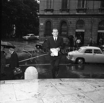 Milano 1956. Porta Nuova/Porta Venezia. Intendenza di Finanza di Via Moscova angolo Manin. Giulio Andreotti. Autore foto Gian Battista Colombo (archivi web)