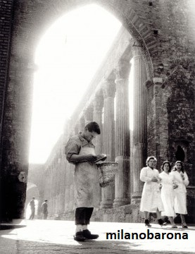 Milano 1947. Cordusio/Ticinese. Colonne di San Lorenzo. Autore Mario de Biasi, Fondazione Sozzani.