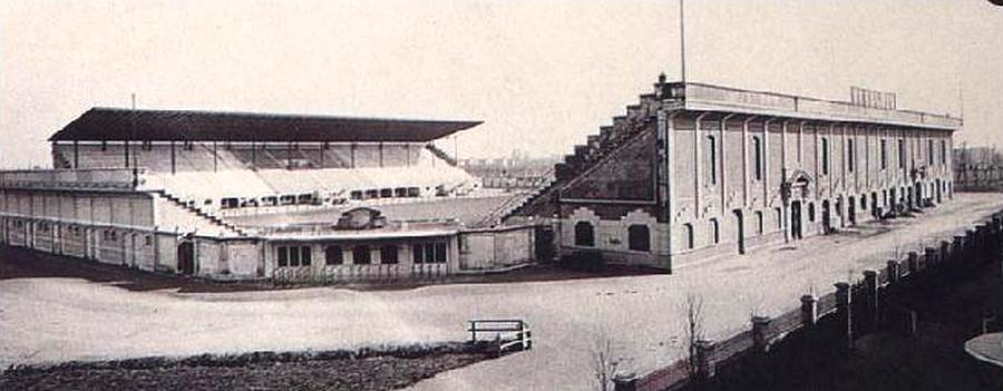 """Stadio Meazza nel 1926. Come evidente, la struttura del primo Stadio (successivo all'Arena Garibaldi) non ha nulla a che vedere con quello rifatto completamente nel 1955. I telegiornali nazionali e TG3 Lombardia, i giornali e le stesse società calcistiche mentono sapendo di mentire dichiarando che lo Stadio ha più di 90 anni. Certo, la prima versione venne inaugurata nel 1928, nel '38 venne potenziato con le tribune ma nel 1955 venne quasi completamente rifatto (come tutti sanno sella fine anni '80 avvenne una riqualificazione radicale dell'impianto in previsione dei Mondiali di calcio 1990. Delle tribune originali del 1926 non c'è praticamente più nulla (conservate e ampliate nel 1955, rifatte verso il 1990). L'impianto è andato bene sino a pochi mesi fa... poi l'esigenza di demolirlo per farne uno nuovo con annesse nuove torri (grattacieli), centro commerciale e ulteriore lottizzazione di edilizia commerciale e residenziale. Poichè l'attuale """"San Siro"""" è di proprietà del Comune di Milano dal 1935, Comune che non ha ancora terminato di pagare le """"rette"""" dell'ampliamento del 1990... chi pagherà il nuovo Stadio ? Sempre il Comune indebitato dall'inutile Expo 2015, con ATM indebitata (da cui la decisione di aumentare le tariffe di trasporto urbano e integrato)... un Comune che già dovrà ulteriormente indebitarsi per le inutili Olimpiadi Invernali del 2026 .... In sostanza, chi pagherà gli oneri della nuova opera ? (immagine da Wikipedia)"""