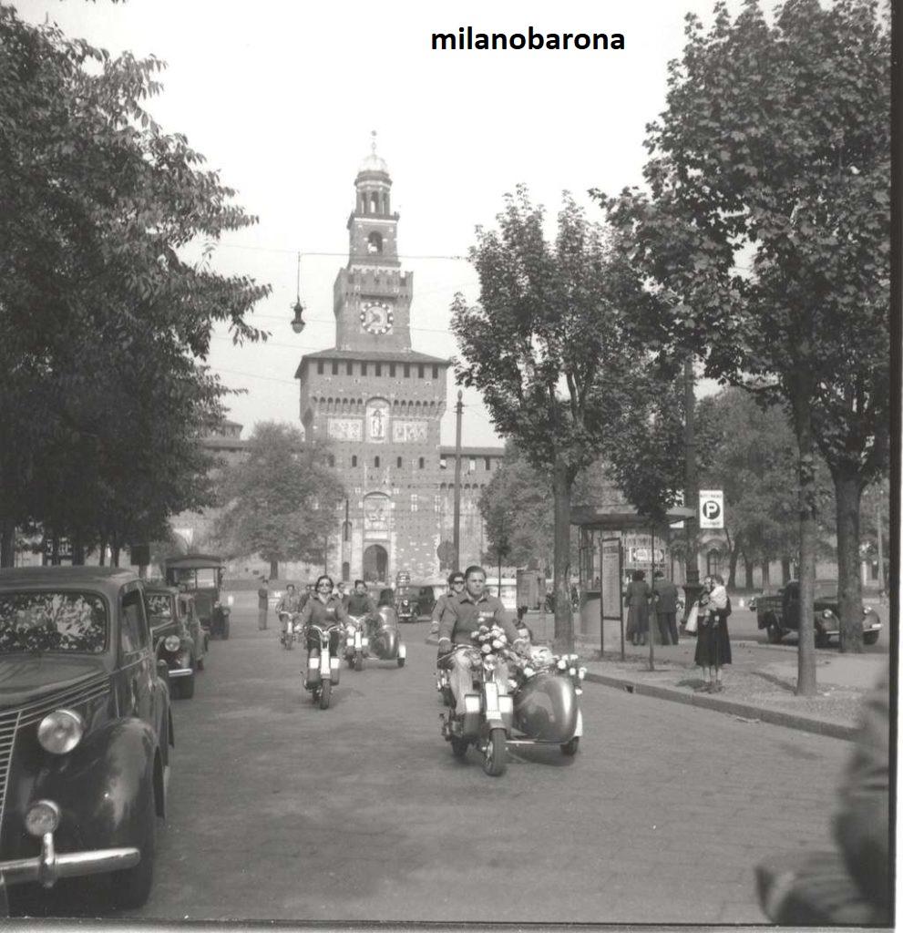 """Milano 1949. Cairoli, Via Luca Beltrami. Raduno appassionati elvetici della """"Lambretta"""" (organizzato da una associazione svizzera), (fonte lambretta.it)"""
