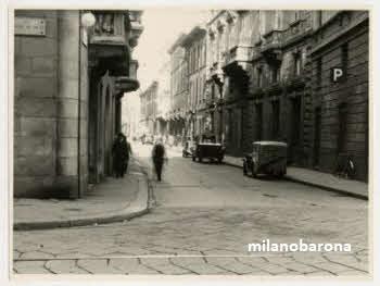 Milano 1943 (periodo bellico). Brera, Via Borgonuovo all'intersezione con Via Monte di Pietà. (fonte fotografica: fotografieincomune.comune.milano)
