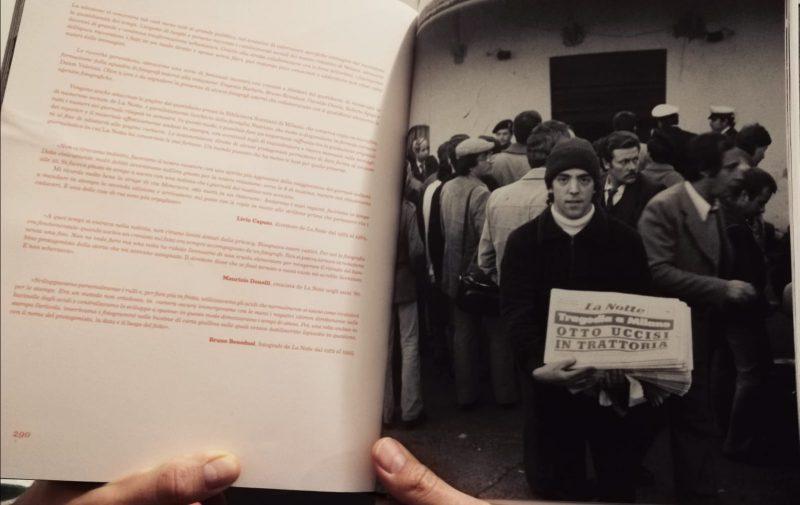"""Milano 4 Novembre 1979. Barona, Via Moncucco, ambienti esterni della """"Locanda delle Streghe"""" (ex Mulino Ceresa del sottoborgo rurale della Cascina Moncucco, lungo la omonima Via Moncucco). La sera del giorno precedente, tra il 3 e 4 Novembre 1979, un attentato in pieno stile da Mafia Siciliana miete otto vittime all'interno della locanda """"Delle Streghe"""". L'autore, a distanza di decenni, venne identificato con un noto esponente della 'ndrangheta."""