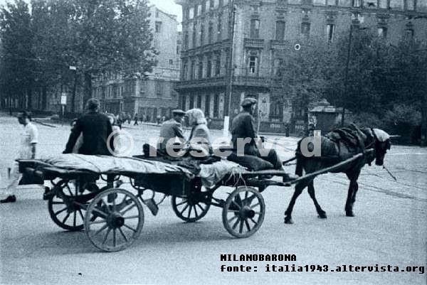 Monforte Agosto 1943. Piazza del Tricolore. Carretti di sfollati dai bombardamenti subiti dalla città di Milano nell'estate del 1943. Fonte immagine: web italia.1943.altervista