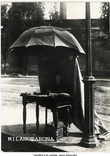 Milano Monumentale primi del '900. Attuale piazza Cimitero Maggiore, venditrice di candele.