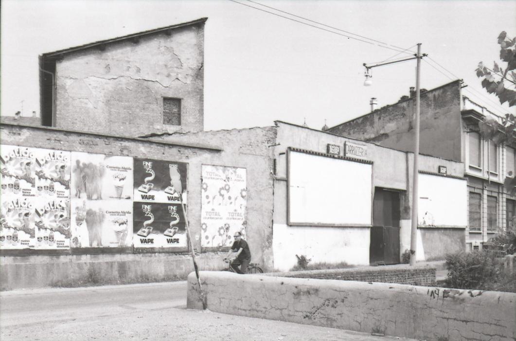Milano Ticinese,Via Filippo Argelati (vista da Piazza Arcole), 1975 circa. Fonte fotografica : Archivio Paolo Monti (autore della foto).