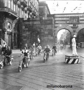 Milano Piazza Cavour-Via A. Manzoni. Raduno di appassionati (di residenza e nazionalità svizzera) degli scooter Innocenti (Lambretta). (fonte: lambretta.com)
