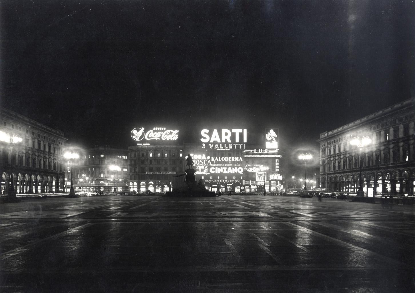 Insegne luminose in Piazza Duomo nel 1955. (fonte immagine: web kollectium.com)