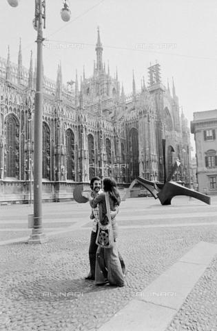 """Milano 1974. Piazza Duomo-Palazzo Reale-Arengario e sculture contemporanee (""""Arco"""" di Carlo Ramous, realizzata nel 1972) esposte verso la metà degli anni 70. (Archivi Alinari alinari.it)."""