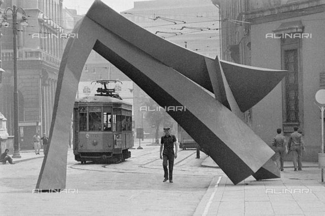 """Milano 1974. Piazza Duomo-Palazzo Reale Arcivescovado e sculture contemporanee (""""Arco"""" di Carlo Ramous, realizzata nel 1972) esposte verso la metà degli anni 70. Archivi proprietari Alinari."""