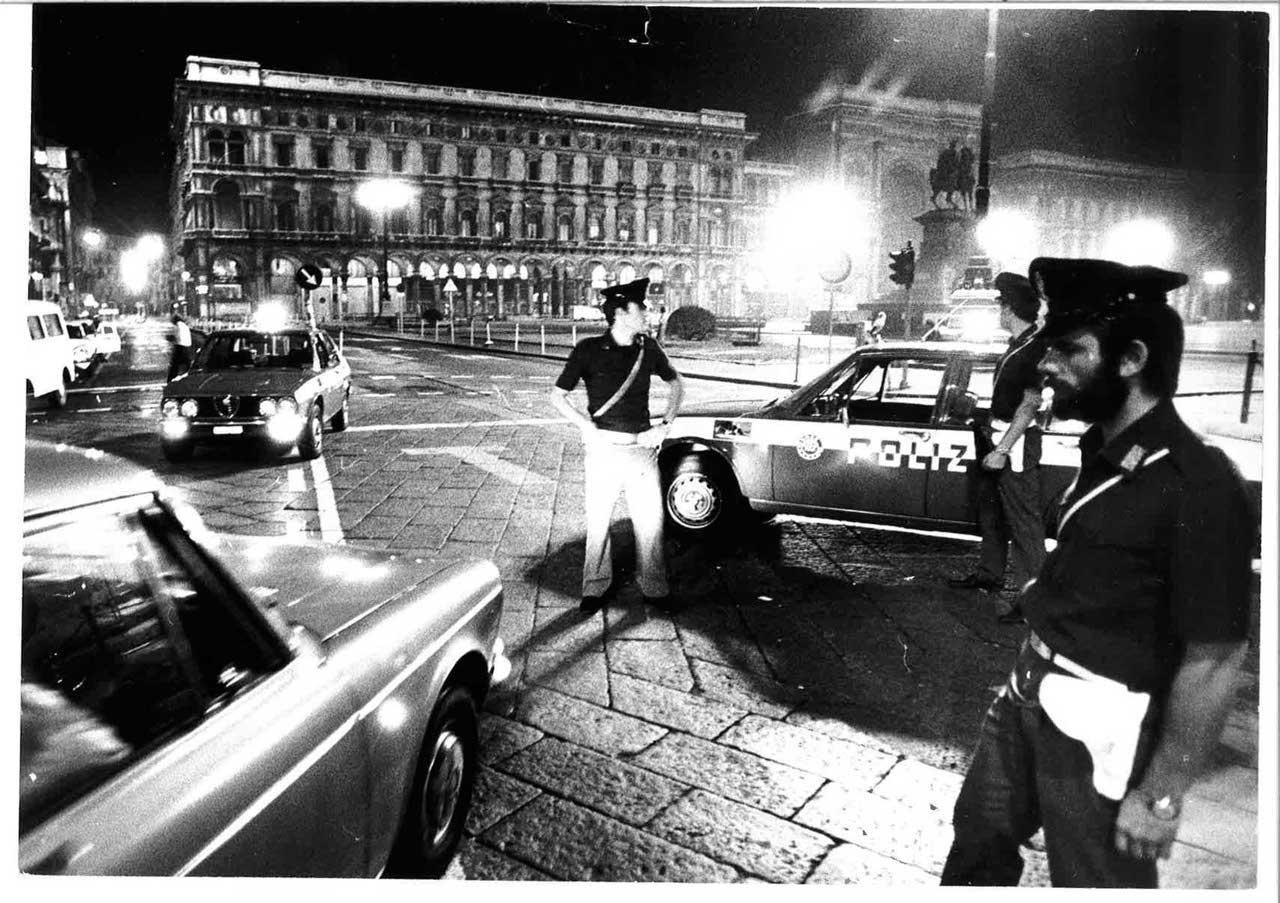 Piazza Duomo, fine anni '70. Posti di blocco notturni di pattuglie Polizia di Stato. (fonte milano.corriere.it)