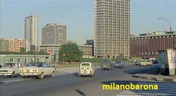 """Milano 1974. Porta Garibaldi, Piazza Sigmund Freud. Fotogramma del film """"Milano odia: la polizia non può sparare"""" (regia di Umberto Lenzi), Fonte : icmdb.org"""