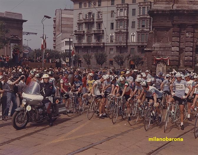 Milano Porta Romana 1975. Piazza Medaglie d'oro. Tappa di partenza dell'edizione 1975 del Giro d'Italia (fontte fotografia web giroditalia)