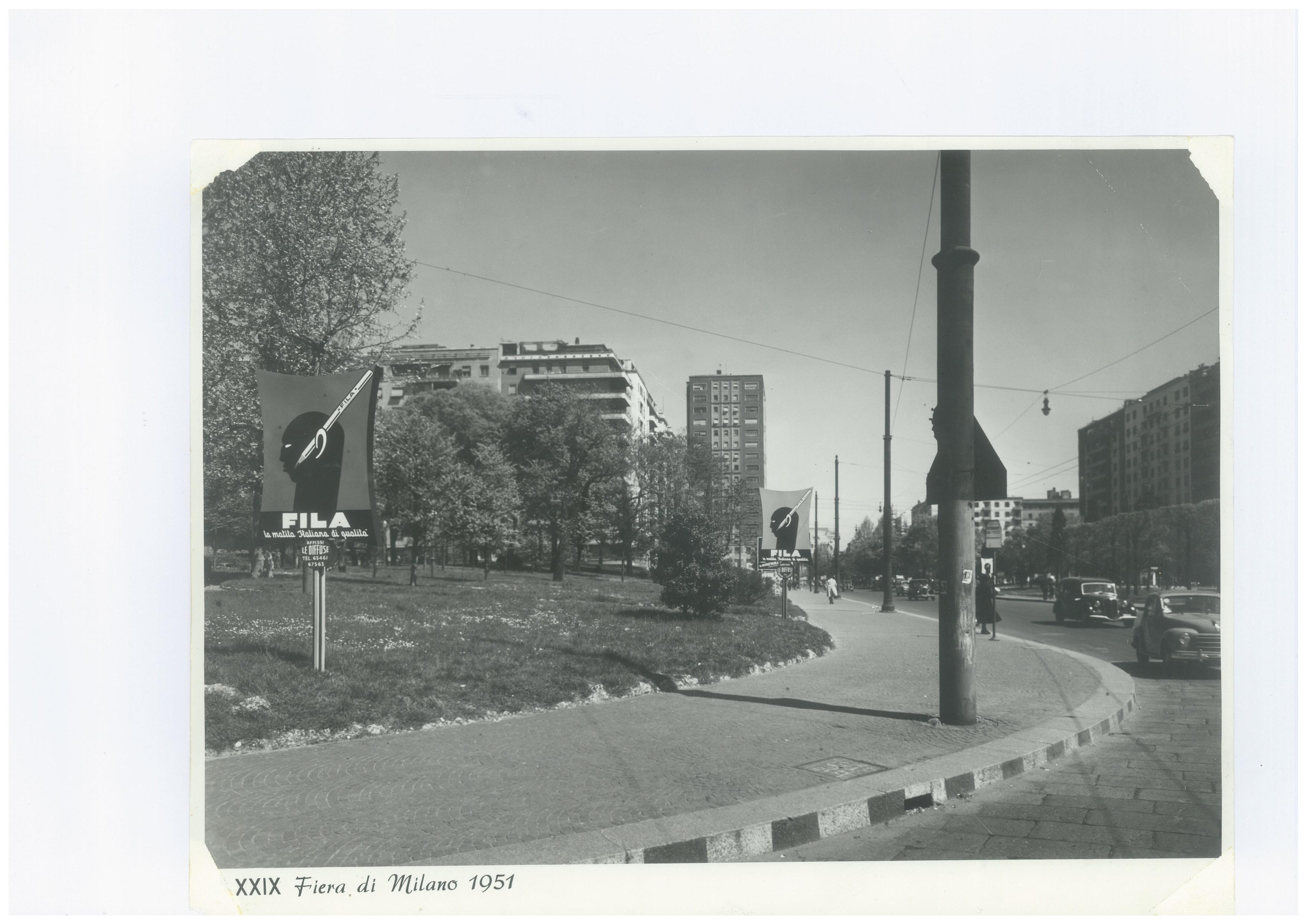 Piazza della Repubblica 1951 e cartelloni pubblicitari prodotti esposti presso la Fiera Campionaria di quel periodo. (fonte web rpfashionglamournews)