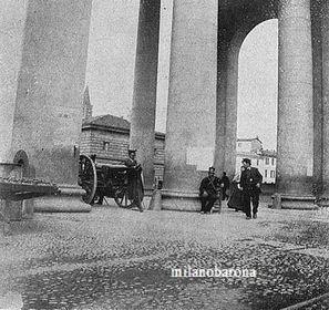 """Milano 1898, Porta Ticinese, """"Moti di Milano"""", Cannoni al Varco di Porta Ticinese (attuale Piazza XXIV Maggio)."""
