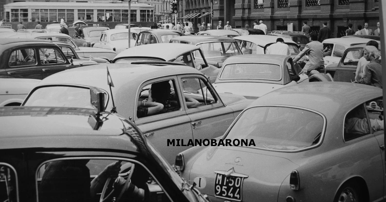"""Piazza della Scala, 1961. Atipico ingorgo stradale alla """"Romana"""". Fonte immagine, web quattroruote"""
