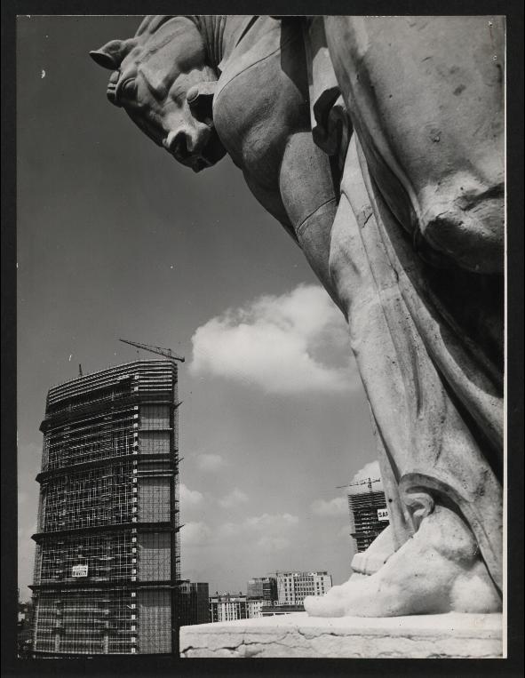 Piazza Duca d'Aosta 1958, grattacieli Pirelli e Galfa in costruzione. (fonte web fondazionepirelli)