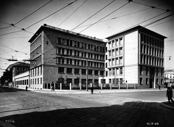 """Milano 1950 Porta Vittoria. Incrocio C.so di Porta Vittoria, Via Francesco Sforza, Via Visconti di Modrone e la sede """"storica"""" dell'ex AEM. (fonte fotografica Portale Lombardia beni culturali)."""