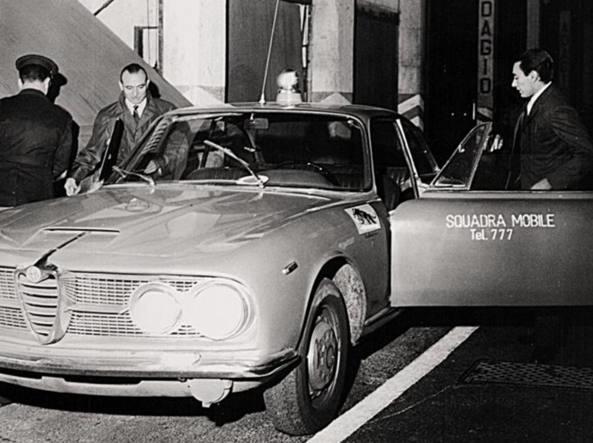 """Milano anni '60. Pattuglia """"radiomobile"""" del Pronto Intervento 777 Squadra Mobile di Milano. Il servizio di Pronto Intervento """"777"""" nacque nel 1945 a Milano. Servizi di Pronto Intervento analoghi (ma con numerazione differente) nacquero, sempre nello stesso periodo dell'immediato dopoguerra, anche nelle altre aree metropolitane italiane (Torino, Roma, etc...). Si dovette attendere il 1968 per l'istituzione di un unico servizio Nazionale di Pronto Intervento della Polizia di Stato (il famoso """"113"""")."""