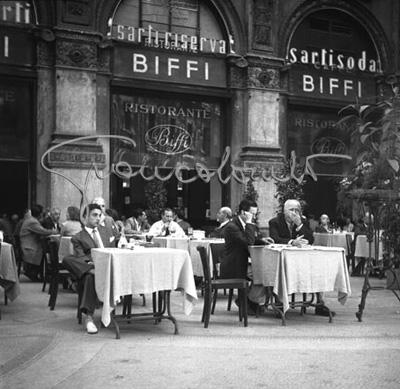 Milano 1948. Galleria Vittorio Emanuele II. Ristorante Biffi. (autore Gian Battista Colombo).