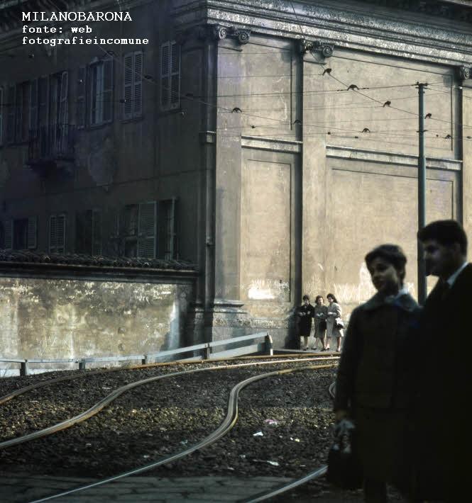 Milano 1959, tra Carrobbio e Ticinese. Colonne di San Lorenzo in Maggiore. (autore Cesare Colombo, fonte web fotografieincomune)