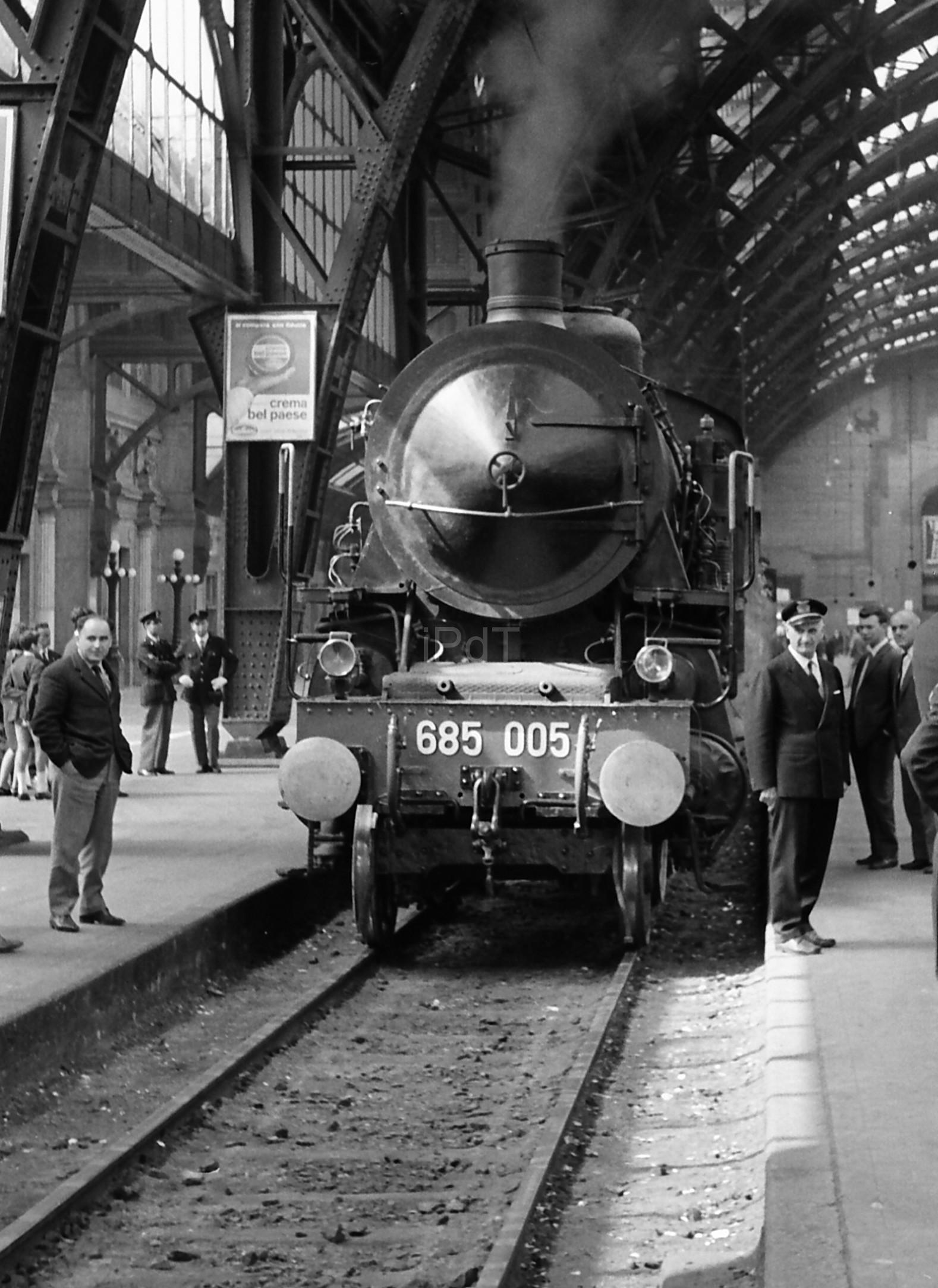 Stazione Centrale (Milano Centrale FS) 1965. Ultime locomotive a vapore. (fonte web ilportaledeitreni.it)