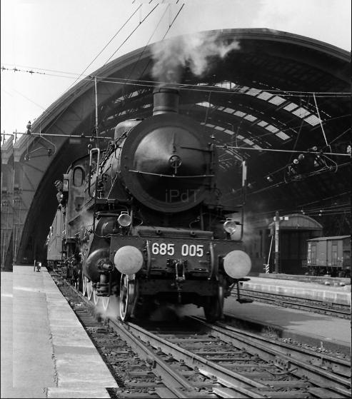 Stazione Centrale (Milano Centrale FS) Maggio 1965. Ultime locomotive a vapore in servizio regolare nelle tratte ferroviarie FS del Nord Italia. Da tale anno, con esclusione di linee secondarie e di tratte FS del centro sud Italia e isole, le locomotrici a vapore vennero dismesse da servizi regolari come quello della Milano Mortara (elettrificata tra il 1965 r 66) ed altre linee ferroviarie, anche lombarde, dove tale tipo di locomozione era considerato ancora relativamente conveniente. (fote web ilprotraledeitreni)
