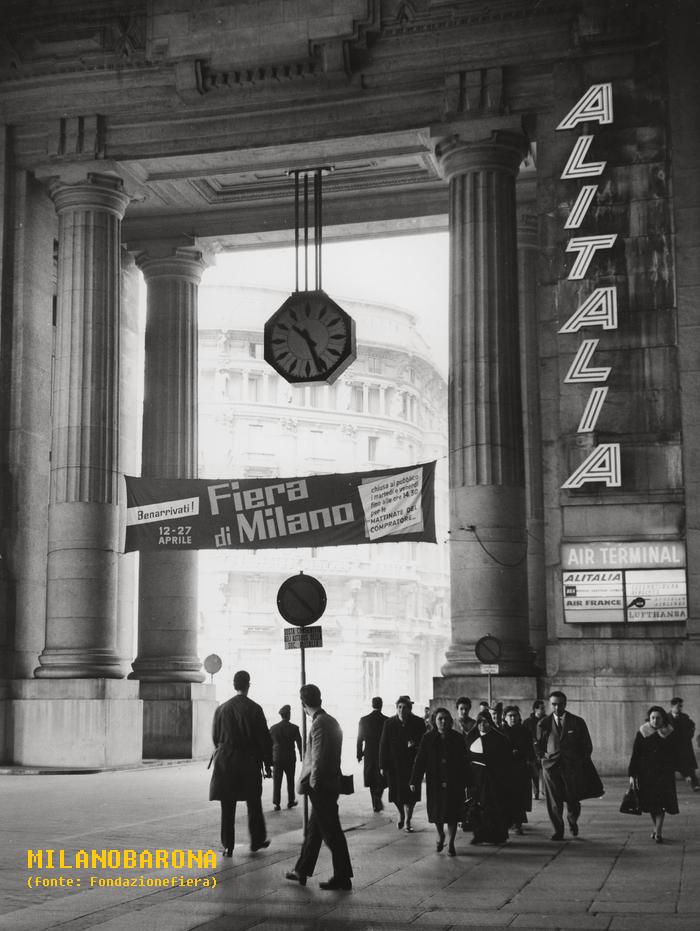 """Stazione Centrale 1962, lato accesso """"Galleria delle Carrozze"""" Piazza IV Novembre. (fonte immagine web Fondazionefiera)"""