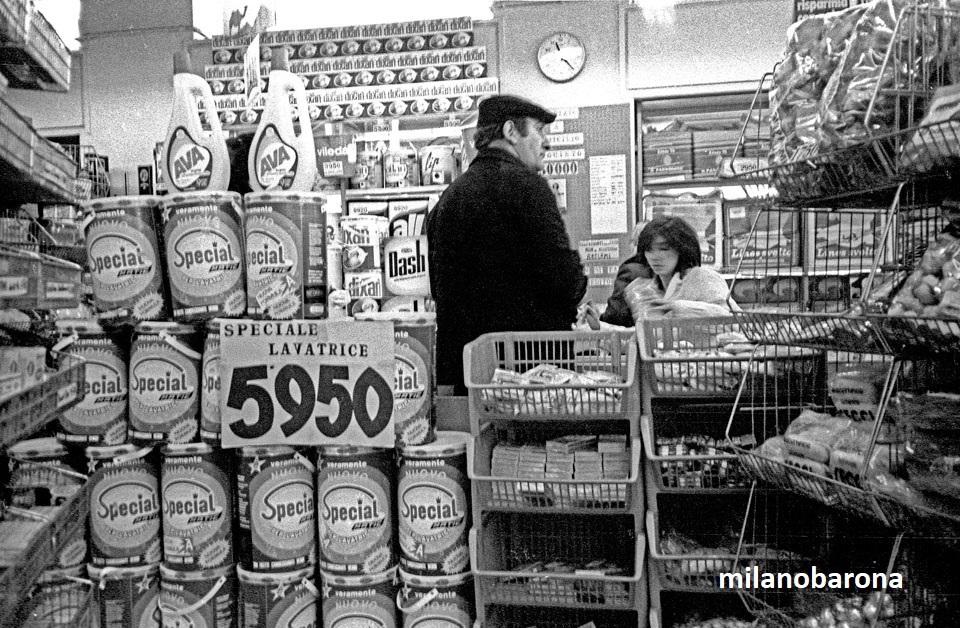 Milano 1983. Interno di un Supermarket con i famosi e ormai in disuso megafustini cilindrici di detersivo per lavatrice in polvere.